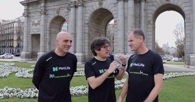 Abel Antón y Óscar Herencia con la camiseta del 15 Km MetLife Madrid Activa