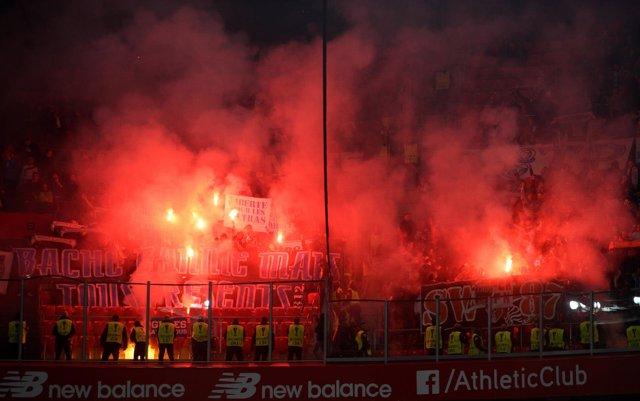 Ultras en las gradas de San Mamés en el Athletic-Olympique de Europa League
