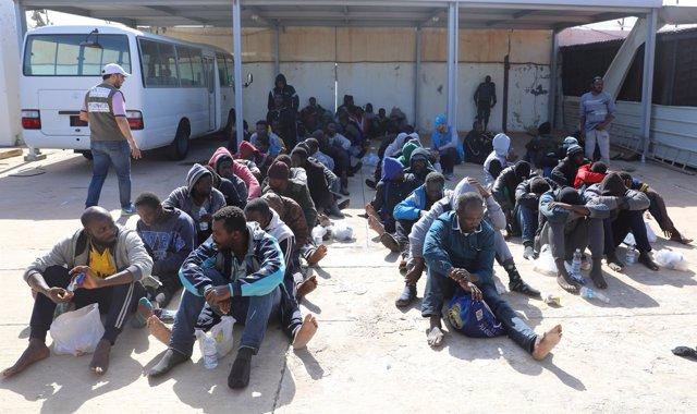Migrantes rescatados por la Guardia Costera de Libia
