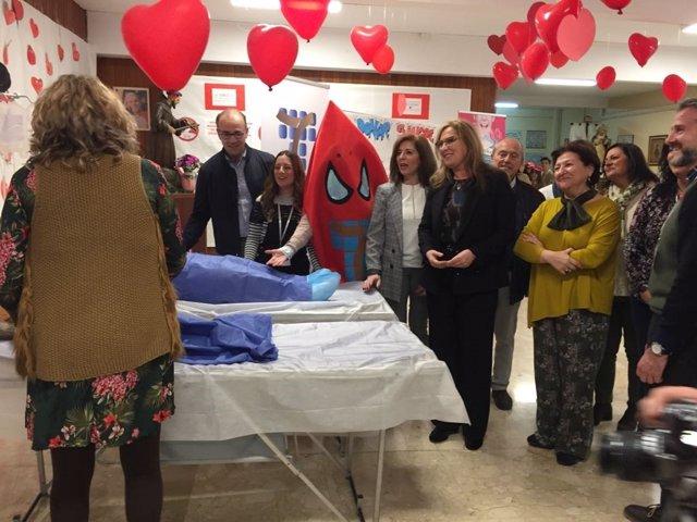 Luna (centro) asiste al inicio de la campaña de donación