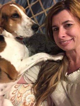 Lauren Gauthier con su perrita Victoria