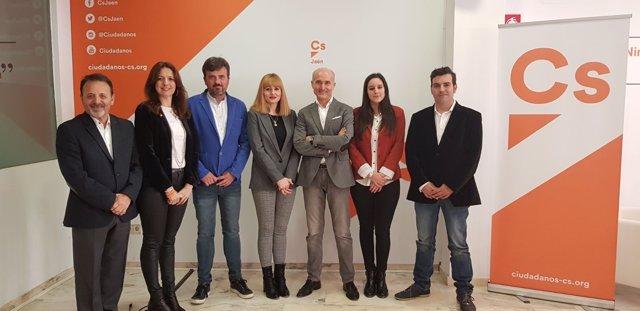 La coordinadora de CS en Jaén, María Cantos (c), con la nueva junta directiva.