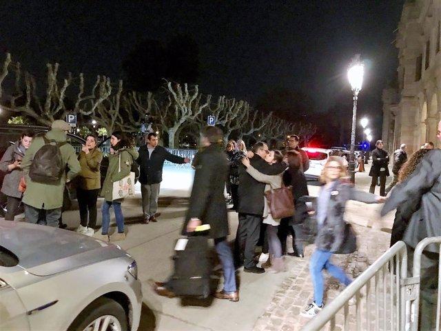 Jordi Turull despidiéndose de sus hijas antes de ir a Madrid, ante el Parlament