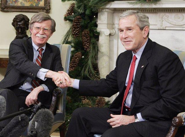El expresidente George W. Bush y el asesor de Seguridad Nacional, John Bolton.