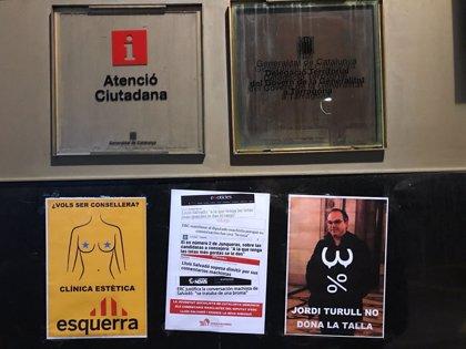 Las juventudes del PSC exigen la dimisión de Salvadó con carteles en oficinas de la Generalitat