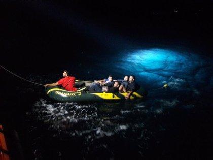 Rescatados de madrugada de una patera en el Estrecho 21 magrebíes, dos trasladados al hospital