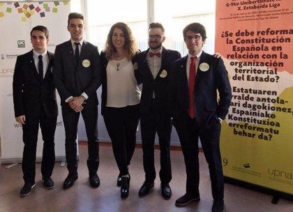 'Los cinco' de la UR disputa en el Parlamento de Navarra la final de la X Liga de Debate del Grupo 9 de Universidades