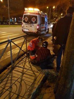 Cruz Roja atiende a un joven en Badajoz