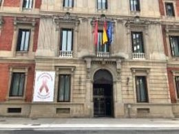 El lazo marrón en el fachada del Parlamento de Navarra.