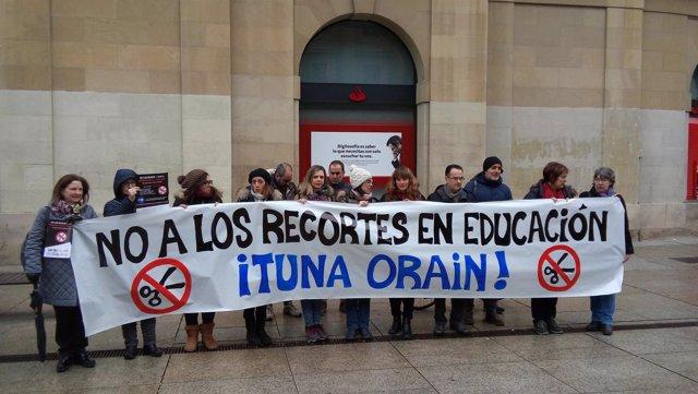 Concentración de los sindicatos de la enseñanza pública de Navarra