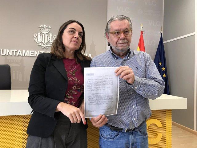 Menguzzato y Vilar muestran el falso cartel aparecido en Benimaclet y Campanar