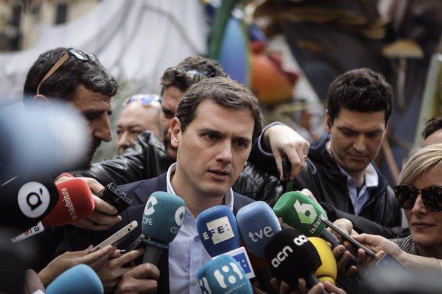 Albert Rivera atiende a los medios en València