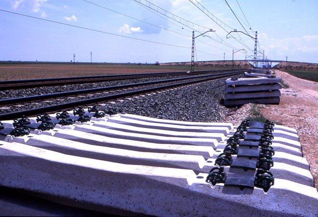 Traviesas, Vía Tren