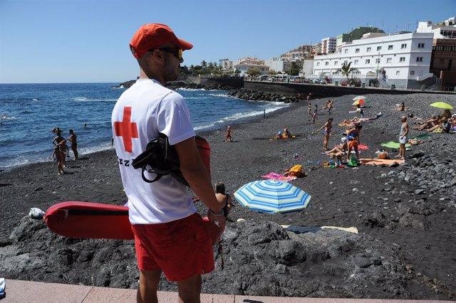 Cruz Roja vigilará quince playas y piscinas de la provincia tinerfeña en Semana Santa