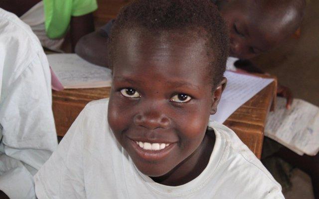Una iniciativa solidaria recauda fondos para sufragar los estudios de Stella, una joven huérfana de Kenia