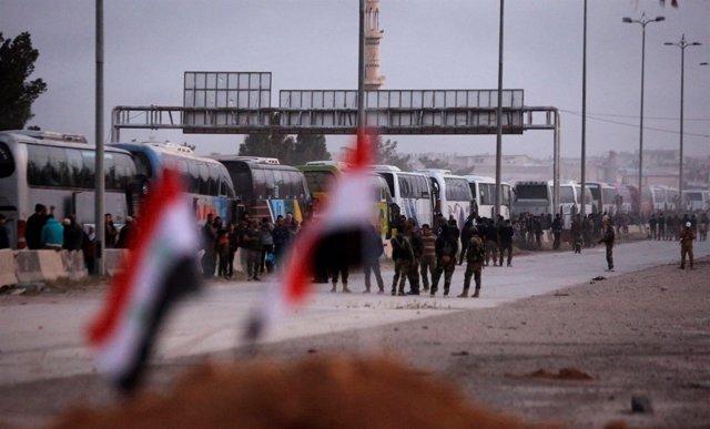 Autobuses evacuan a rebeldes y sus familias desde Harasta, en Ghuta