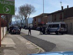 Les forces franceses entren al supermercat de Trèbes i abaten el terrorista (REUTERS / SOCIAL MEDIA)