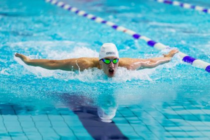 ¿Cómo puede la natación fomentar la integración de personas con discapacidad visual?
