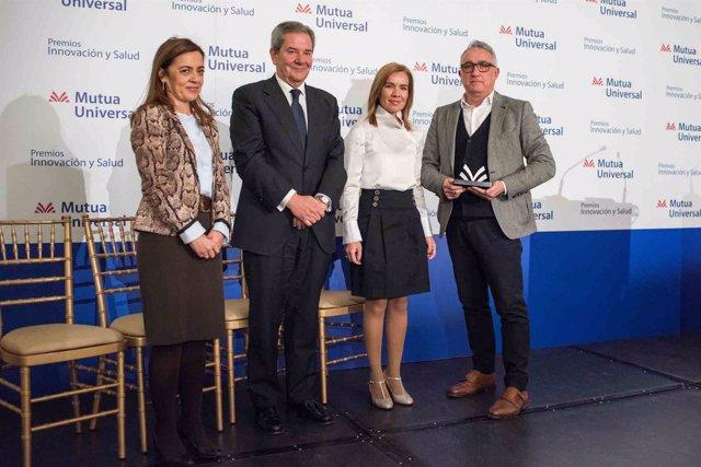 El director comercial de Cosentino recibe el premio de Mutua Universal