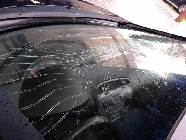 Lunas de un vehículo de un docente dañadas
