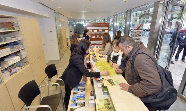 Atención a los visitantes en la oficina de turismo de los Jardines de Pereda