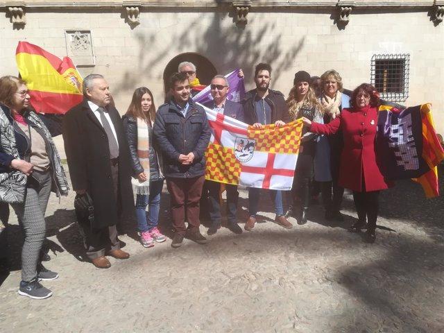 Una quincena de personas se concentran ante el Consolat para pedir a Armengol que dé marcha atrás al decreto del catalán
