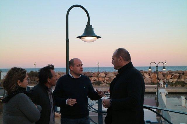 Antonio Martínez visita el nuevo alumbrado del puerto de Villaricos