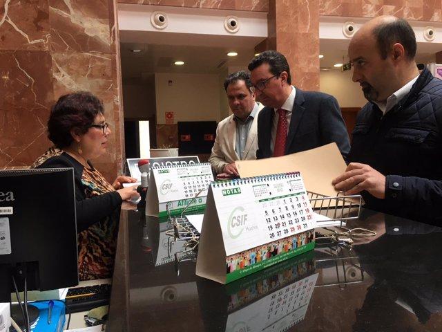 El presidente del PP de Huelva, Manuel Andrés González, regitra petición salud.