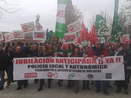 Centenares de personas se concentran en Andalucía para reclamar al Gobierno la jubilación anticipada de policías locales