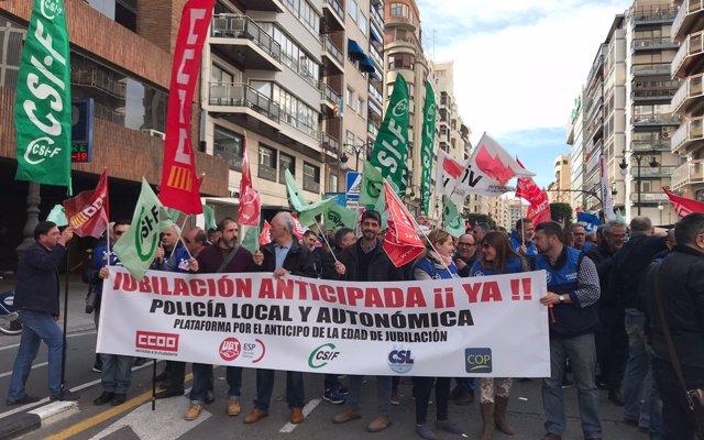 Policies locals es concentren a València, Castelló i Alacant per a reclamar l'avançament de la jubilació als 60 anys