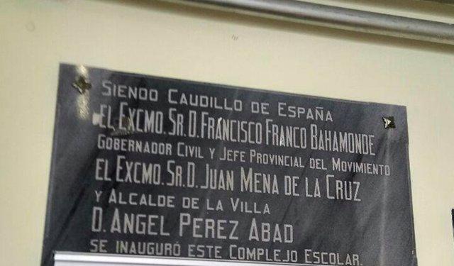 Placa conmemorativa con el nombre de Franco en un colegio de Níjar