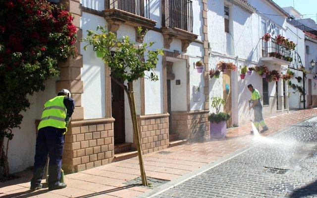 S.Santa.- El Ayuntamiento de Estepona activa un plan de limpieza que incluye aroma de azahar en sus calles