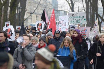 Miles de personas se manifiestan en Polonia contra el nuevo proyecto de ley del aborto