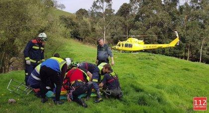 Rescatado en helicóptero un hombre herido tras volcar su tractor en Secadura