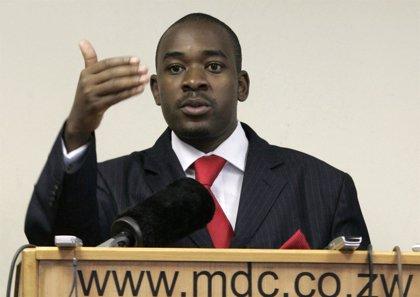 El partido opositor de Zimbabue MDC expulsa a tres altos cargos, entre ellos su vicepresidenta Thokozani Khupe