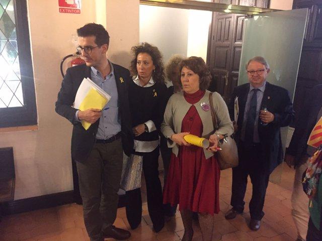 Concejales del PDeCAT y de ERC saliendo del Pleno del Ayuntamiento de Lleida.