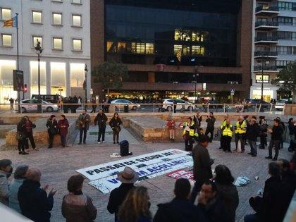 """Una concentración en apoyo al barco de Proactiva Open Arms reivindica en València que """"salvar vidas no es delito"""""""