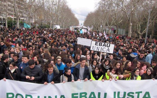 Unas 2.500 personas se manifiestan en Valladolid para pedir una EBAU 'única' y 'justa'