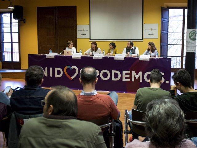 El diputado Joan Mena y la portavoz adjunta Laura Camargo en un acto en Palma