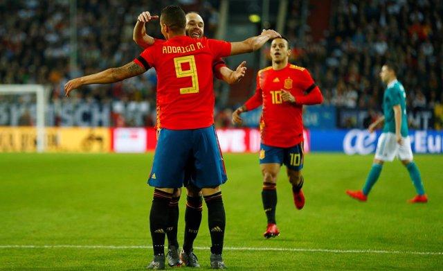 Rodrigo e Iniesta en el Alemania-España amistoso