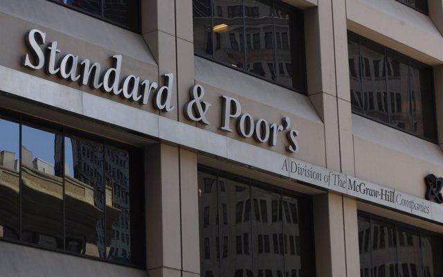 S&P eleva un escalón el rating de España, hasta 'A-' con perspectiva positiva