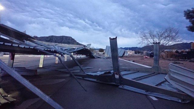 El techo del aparcamiento ha quedado volcado sobre la calle