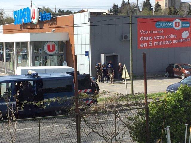 Policías en un supermercado de Trébes (Francia) por una toma de rehenes