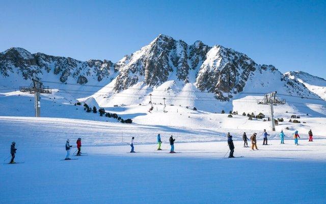 Unas fechas tempranas y las últimas nevadas propician una alta ocupación en zonas de montaña