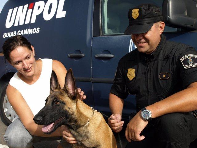 Zaida González junto a un perro de la Unidad Canina de la Unipol