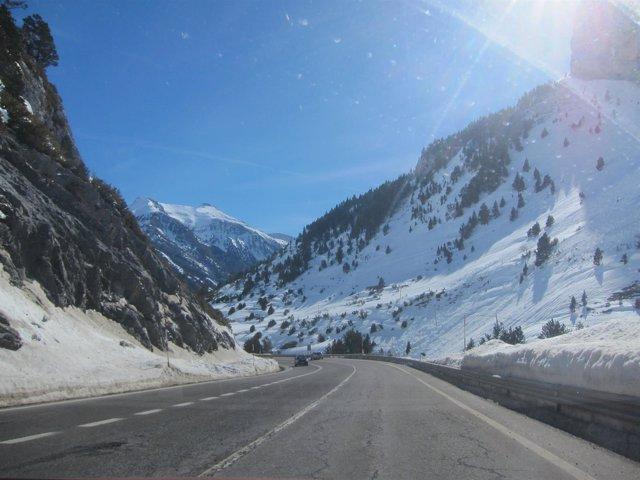 La nieve condiciona la circulación en varios tramos de carreteras de Aragón.