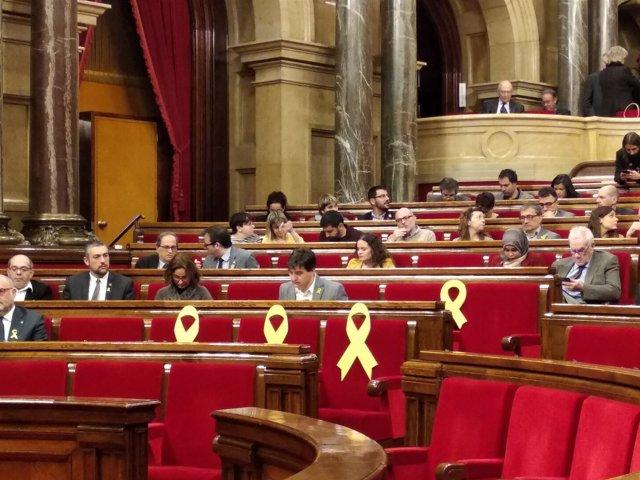 Lazos amarillos en el pleno de investiruda en el Parlament este sábado