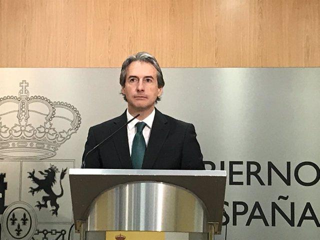 El ministro de Fomento, Iñigo de la Serna, en una rueda de prensa en Santander