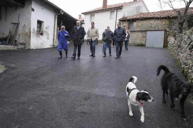 Mazón visitas las obras de pavimentación en La Busta