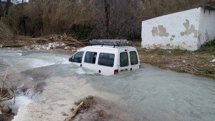 Rescatado el conductor de un vehículo que se había quedado atrapado en el Río Cabra (Córdoba)